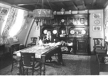 Le chanteur d'opéra Muratore dans sa salle à manger