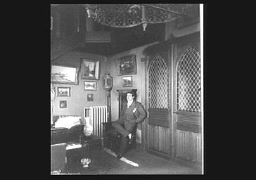 Le chanteur d'opéra Muratore dans un intérieur