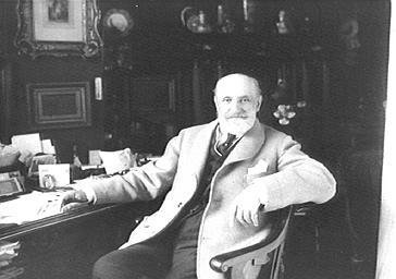 Jacques Normand à son bureau