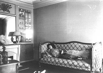 Polaire dans son salon