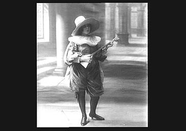 Yvonne Printemps portant un chapeau