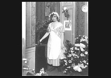 Yvonne Printemps jouant dans 'Béranger'