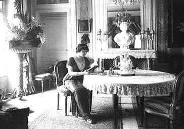 Marthe Régnier dans sa salle à manger