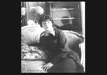 Marthe Régnier assise sur un divan