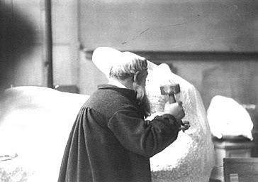 Auguste Rodin travaillant dans son atelier