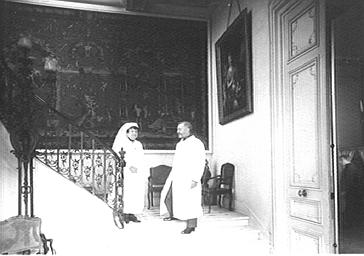 Visite de la duchesse de Rohan dans un hôpital militaire avec un infirmier