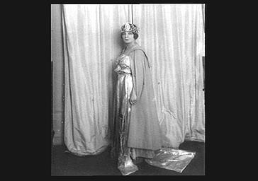 Mme Simone en costume de scène au Théâtre Antique
