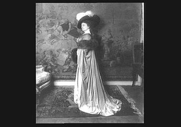 Cécile Sorel en costume de scène