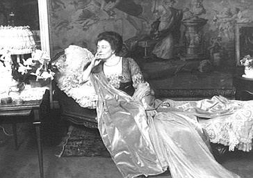 Cécile Sorel sur un divan