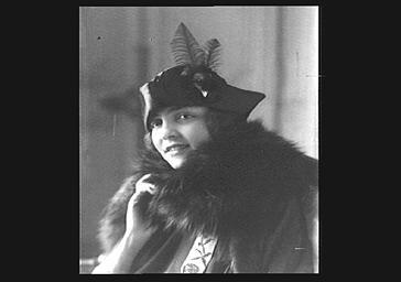 Clara Tambour, portant un chapeau Valentine About