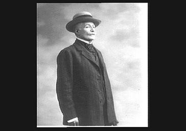 Le duc de Tarente, debout, portant un chapeau
