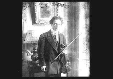 Jacques Thibault tenant son violon