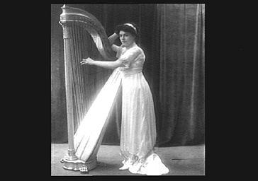 Cécile Wallu jouant de la harpe