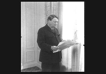Lord Worthcliffe, propriétaire du 'Times Mail', lisant