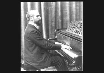 Georges Auric jouant du piano