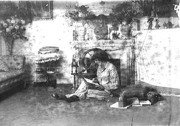 Mistinguett écrivant dans son salon
