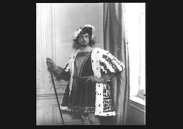 André del Sarto dans son costume de scène au Théâtre de l'Odéon