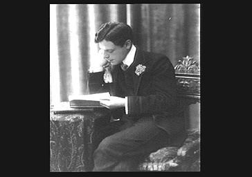 Un homme lisant