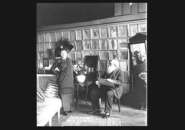 Atelier d'Auguste Rodin : la comtesse de Choiseul, modèle d'Auguste Rodin (carnet de croquis dans la main)
