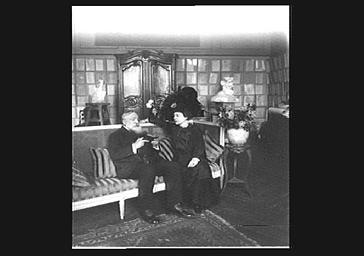Atelier d'Auguste Rodin : la comtesse de Choiseul et d'Auguste Rodin dans un salon