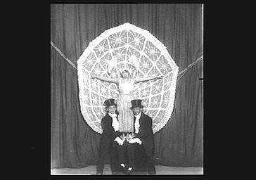 Mistinguett sur scène au Casino de Paris