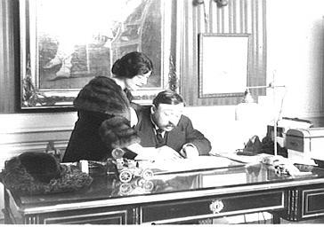Etienne Gaveau à son bureau en compagnie de Mlle Spinelli