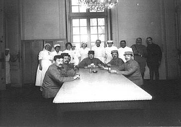 Visite de la duchesse de Rohan dans un hôpital militaire : groupe d'infirmiers