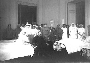 Visite de la duchesse de Rohan dans un hôpital militaire : groupe d'infirmiers et malades