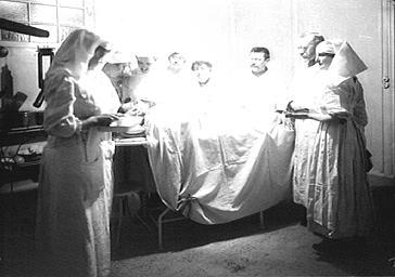 Visite de la duchesse de Rohan dans un hôpital militaire : la duchesse assistant à une intervention chirurgicale