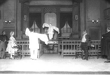 Sacha Guitry et Yvonne Printemps jouant dans 'Debureau'