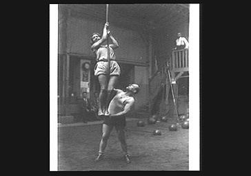 Mistinguett dans un gymnase, grimpant à la corde