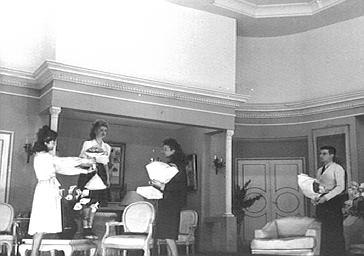 Acteurs jouant dans 'Tout est parfait' au Théâtre Apollo