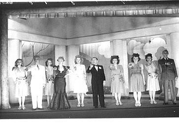 Acteurs jouant dans 'Une Femme par jour' au Théâtre des Capucines