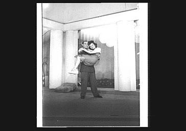 Acteurs jouant 'Une Femme par jour' au Théâtre des Capucines