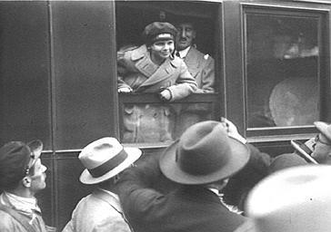 L'acteur de cinéma Jackie Coogan au départ d'un train