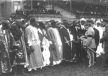 Visite officielle : personnalités en costume traditionnel africain
