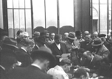 Le président Pierre Laval avec des journalistes
