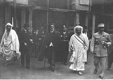 Visite officielle : personnalités en costume traditionnel du Maghreb