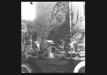 Hommes dans une automobile