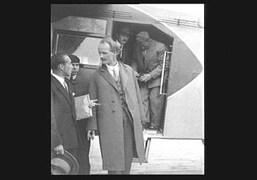 Hommes sortant d'un avion