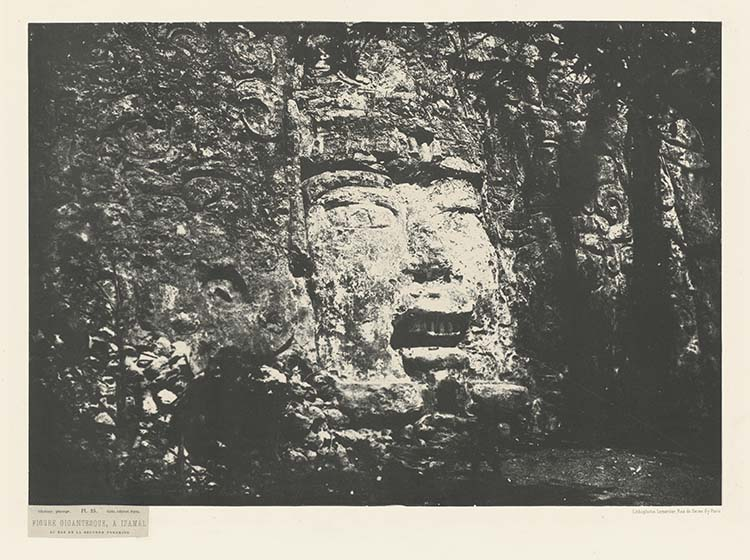 Figure gigantesque à Izamal. Au bas de la seconde pyramide