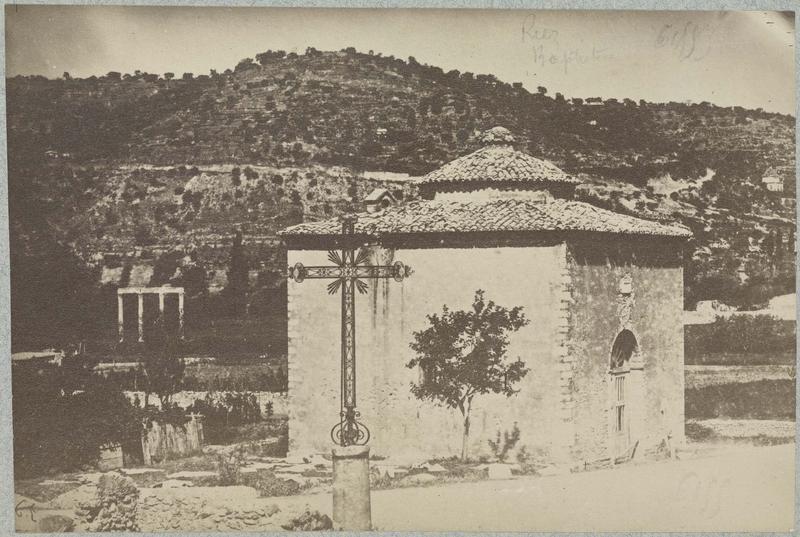 Baptistère avec colonnes en arrière-plan