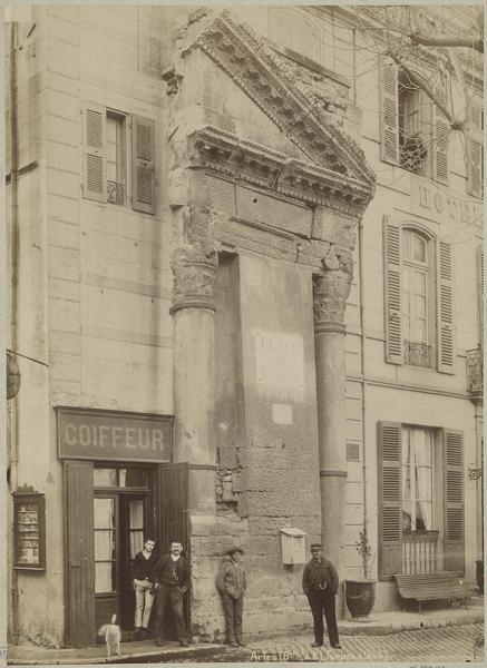 Ruines : colonnes et vestiges de fronton remployé dans une façade. Avant les fouilles