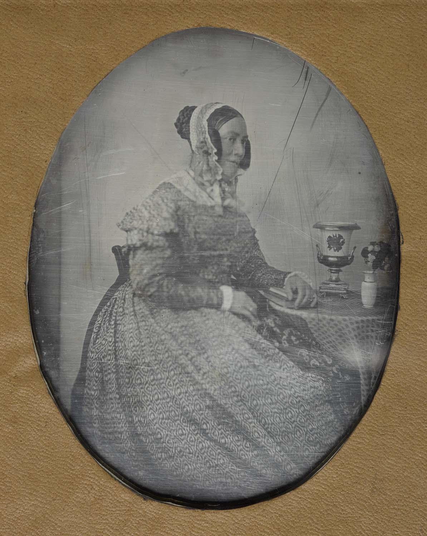 Portrait de femme accoudée à un guéridon