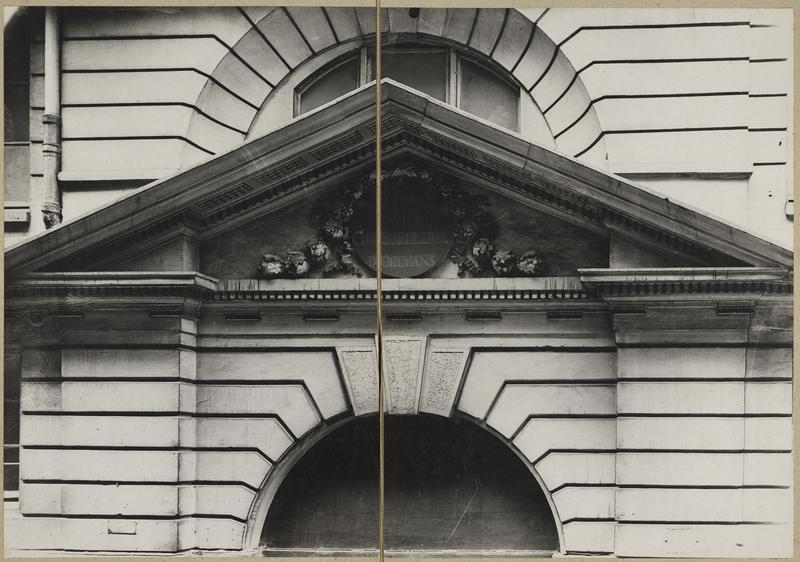 Fronton du porche d'entrée rue des Bons-Enfants