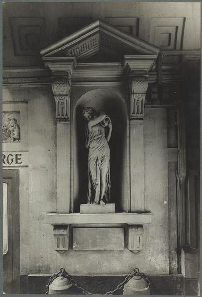 Niche nord du passage cocher avec la statue de l'Eau par Pajou