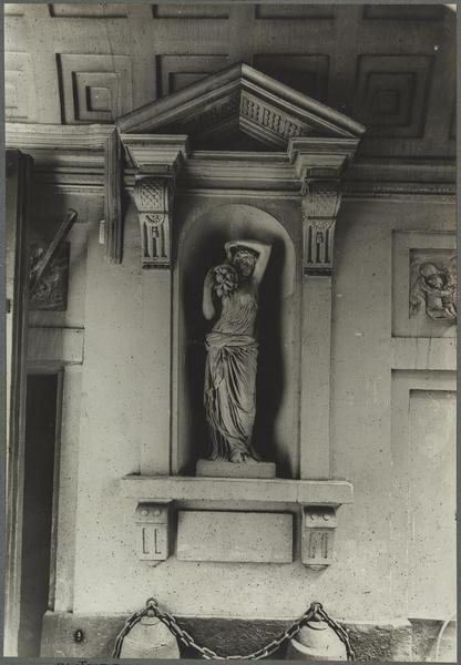 Niche sud du passage cocher avec la statue de la Terre par Pajou