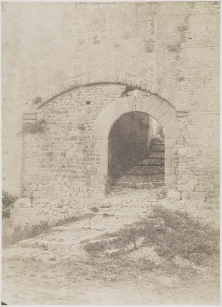 Porte à droite de la tour des Wisigoths