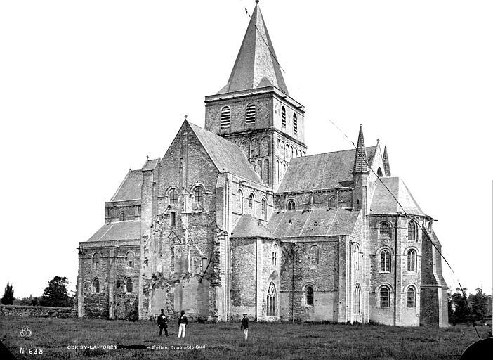 Eglise : ensemble sud, groupe d'hommes en pose devant