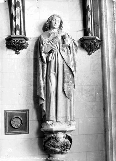 Chapelle, détail : statue d'un saint